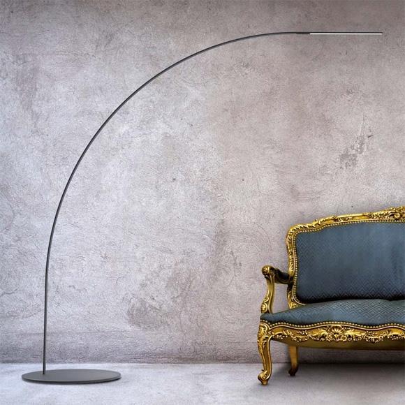 由 Shigeru Ban Architects 为 FontanaArte S. P. A.设计的立灯,使用碳纤维制作,曲线造型灯杆能抗高温,纯粹简单的外型能轻松融入各类型空间。