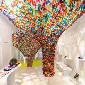 用20000多个透明花瓣装饰Melissa鞋店是什么效果