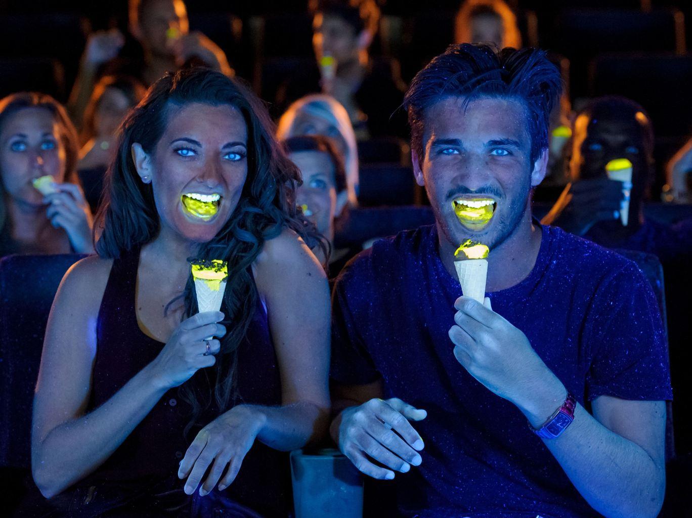 可爱多冰淇淋,发出黄色的光