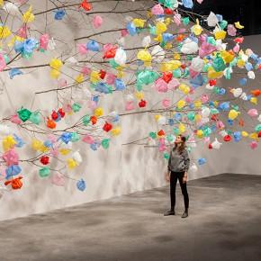 拾荒者的春天:五颜六色塑料袋构成的艺术设计