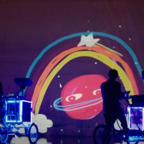 他们骑着单车,把爱投影到城市的每一个角落