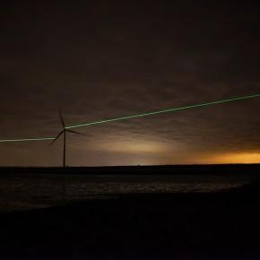 他们设计的灯光装置让风车在夜空划出绿色弧线