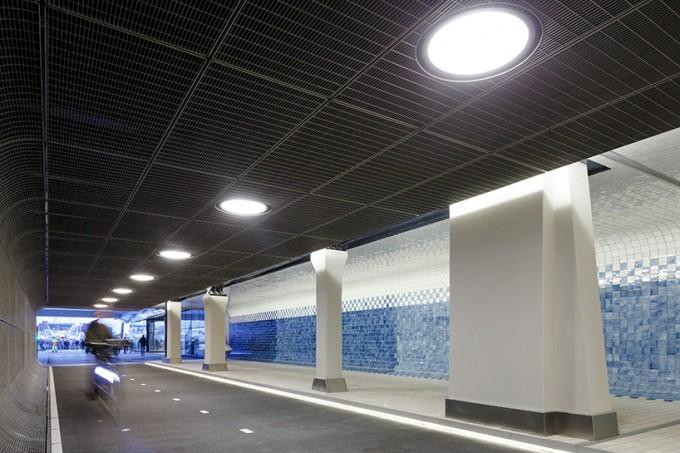现代气息阿莫斯特丹隧道 瓷砖人行道和沥青骑行道并行
