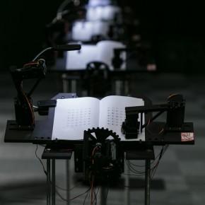 一间可以自动翻书的教室,只要走近就能听见读书声