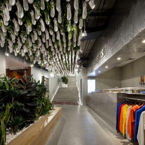 知名潮牌又开新店,天花板上的200只鞋成了亮点