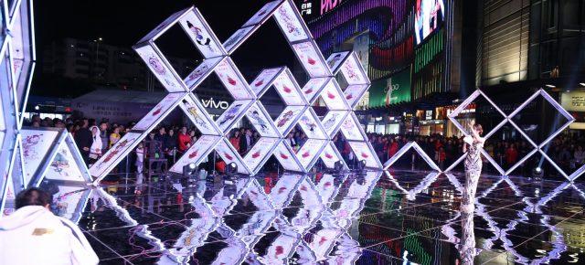 Design LAB:他用64张扑克牌搭了一个中国风的纸牌屋