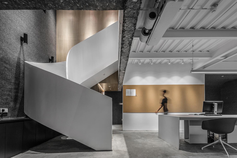 这家办公室竟然很少能看见棱角,连楼梯都是曲形的 Hi设计