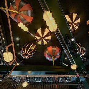 啤酒厂天花板上挂了个梦想机器