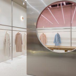 为了消除距离感设计师对这家女装店做了什么?