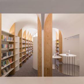 最近大火的拱形元素,在这个书店被运用的淋漓尽致