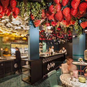 """他们将草莓""""种""""在天花板上,打造了一个爱丽丝梦游仙境般的甜品空间"""