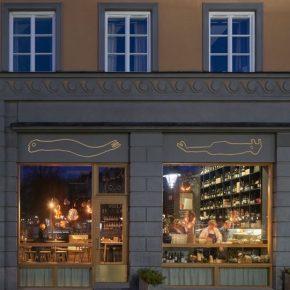 这家喜怒无常的酒吧,将抽象艺术画在了墙壁和天花板上