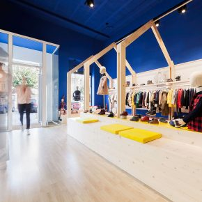 天花板碍事?这家服装店竟然直接把它拆了!