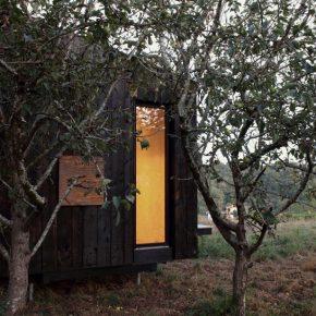 这个20平米的纯木质小屋,让你在野外也住得舒服!